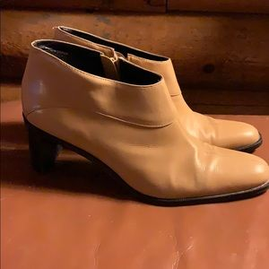 Tan leather size 7.5 Etienne Aigner heeled booties